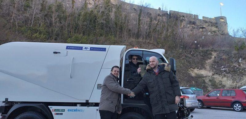 Čestitamo općini Klis na novom Ausa multifunkcionalnom stroju za čišćenje i održavanje javnih površina! Stroj ima više funkcija: cestovna čistilica, zimska služba, košnja i održavanje zelenila.