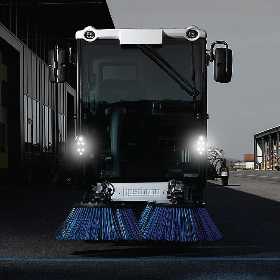 Tecno Win, Prva Boschung projektirana čistilica koja se napaja električnom energijom, višenamjenski je radni alat koji oslobađa 0 (nula) emisije. Inovativno projektirana baterija definira cijeli novi inteligentni sustav upravljanja, što otežava razlučivanje granice između vremena rada i punjenja, Urban Sweeper S2.0