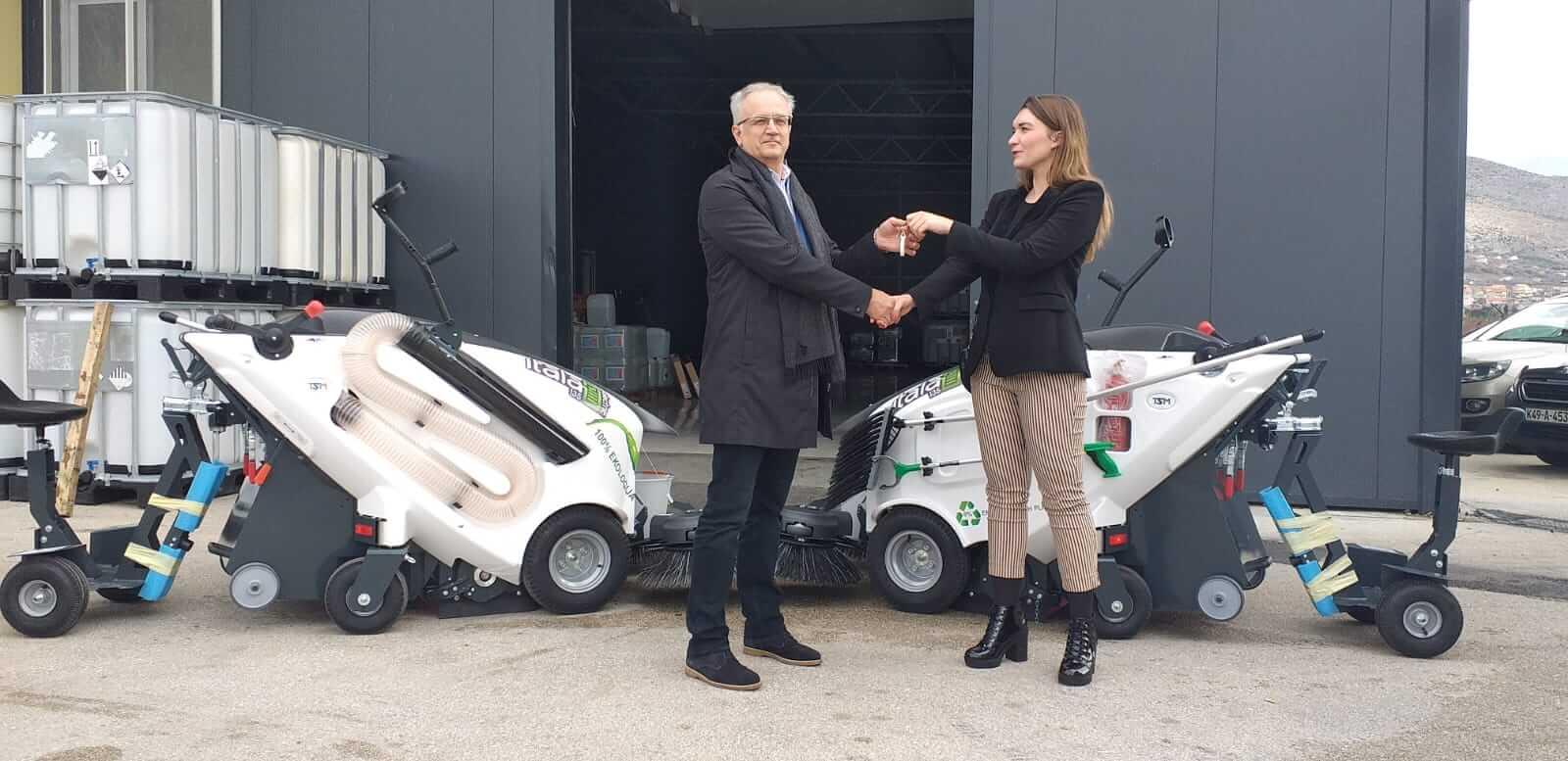 Uspješnu 2019-tu godinu priveli smo kraju isporukom dviju električnih čistilica TSM ITALA 135 BT našem partneru u gradu Mostaru. Velika prednost korištenja električnih čistilica u gradu je podizanje razine održavanja javne higijene u kojem je turizam sve izraženija grana razvoja tog područja. Ovakvim ulaganjem u mehanizaciju stvara se imidž grada koji brine o zaštiti okoliša i pametno investira u nove tehnologije. Čestitamo i želimo puno uspješnih radnih sati!