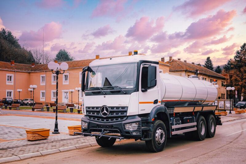 Ova vrsta vozila koristi se za prijevoz pitke ili industrijske (tehnološke) vode, za pranje i prskanje cesta kao i za zalijevanje zelenih površina. Osnovni element je spremnik koji je postavljen paralelno s podvozjem vozila. Izrađen je od nehrđajućeg čelika i čelika kružnog oblika, kockastog oblika sa zakrivljenim rubovima i eliptičnog oblika, zapremine od 4m³ do 16m³