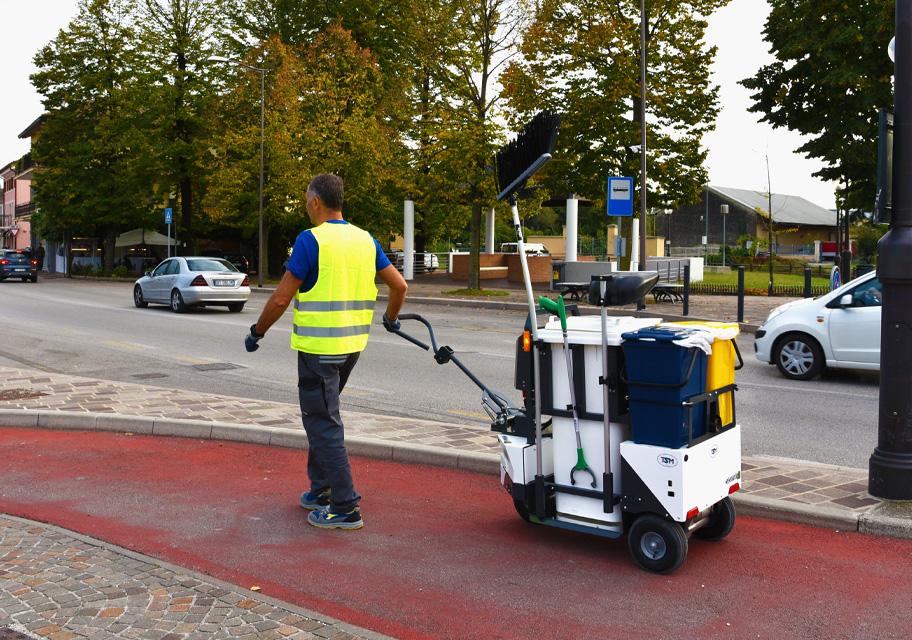 Cubo 180 električna kolica za gradsko održavanje, dizajnirana i izrađena za sakupljanje otpada koji se nalazi uz pločnike i u gradskim parkovima, limenki, boca i ostalog.
