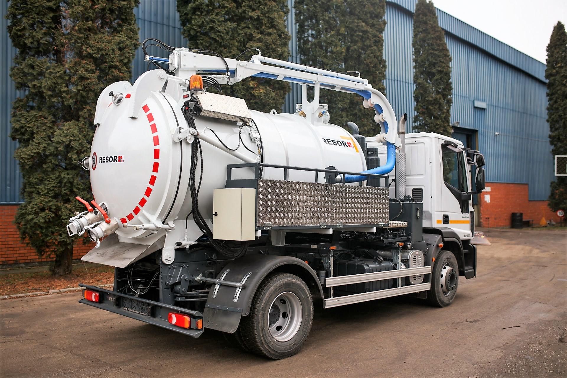 Autofekalac za pražnjnje septičkih jama i ispiranje Dizajniran je za prikupljanje i transport otpadnih voda, fekalija i drugih gustih tekućina. Odeljak za odlaganje može biti zapremine od 4m³ do 16m³ u zavisnosti od potreba naručioca Kanal-jet – Vozilo za probijanje i usisavanje Posebno kombinirano vozilo Kanal-Jet koristi se za usisavanje gustih tekućina putem vakuumskih pumpi, kao i za čišćenje kanalizacije sustavom vode pod pritiskom. Obje se funkcije mogu izvoditi neovisno i istodobno. Volumen spremnika za vodu može biti od 1m³ do 6m³, dok volumen spremnika za guste tekućine može biti od 2m³ do 12m³. Polu-Kanal-jet – Vozilo za probijanje i usisavanje Omogućuje brzo, higijensko i sigurno čišćenje industrijske, gradske i kućne kanalizacije. Čišćenje se vrši mlazom vode pod visokim pritiskom. Osnovni elementi su: spremnik za vodu zapremine 3m³ do 10m³